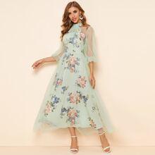 Kleid mit Blumen Muster und Halsband