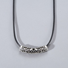 Maenner Halskette mit Lochern und metallischem Dekor