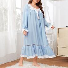 Nachtkleid mit Ose Stickereien und Rueschenbesatz