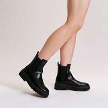 Minimalistischer Chelsea Stiefel mit Mid Absaetze