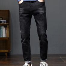 Konische Jeans mit schraegen Taschen und Stickereien