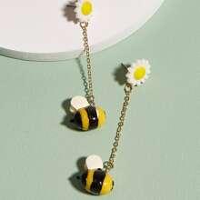 Ohrringe mit Biene und Gaensebluemchen Dekor