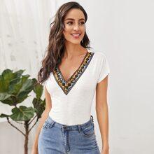 T-Shirt mit V Kragen, Stamm Muster und Band Detail
