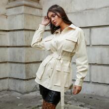 Mantel mit Taschen Klappe, sehr tief angesetzter Schulterpartie, Schnalle und Guertel