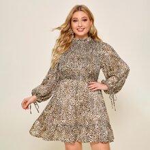 Kleid mit Kordelzug, Manschetten, Rueschenbesatz und Leopard Muster