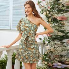 Ein Schulter Kleid mit Schmetterlingaermeln und Plissee