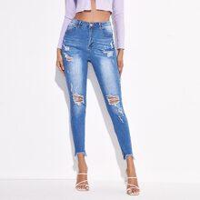 Jeans mit Riss und ungesaeumtem Saum
