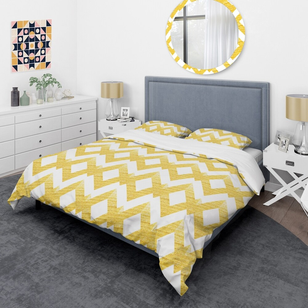 Designart 'Gold glittering lines pattern' Mid-Century Duvet Cover Set (King Cover + 2 king Shams (comforter not included))
