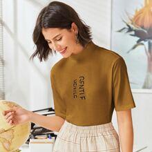 Camiseta con estampado de letra de cuello alto