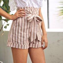 Shorts mit Selbstguertel, Streifen und Manschetten