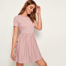 Kleid mit Knopfen Detail und seitlichem Streifen