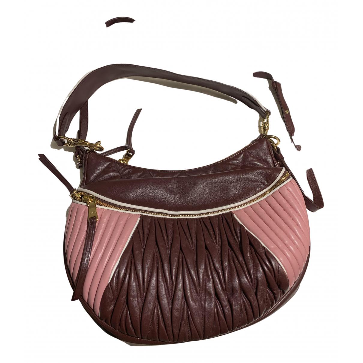 Miu Miu Matelasse Handtasche in  Bordeauxrot Leder