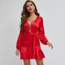 Neon rotes Satin Kleid mit mehrschichtigem Saum und Guertel