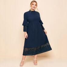 Kleid mit Stehkragen, Stickereien und Netzstoff an Manschetten & Saum