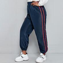 Pantalones viento con cinta de rayas en contraste