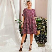 Kleid mit ueberallem Muster, Raffung und Manschetten