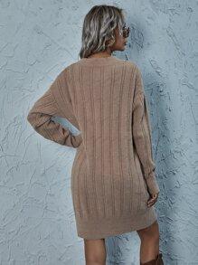 Einfarbiges geripptes Pulloverkleid mit sehr tief angesetzter Schulterpartie ohne Guertel