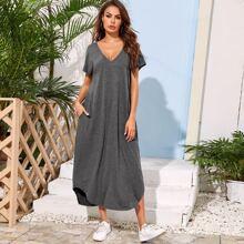 Einfarbiges Kleid mit Tasche und gebogenem Saum