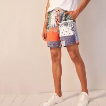 Shorts de hombres con bolsillo oblicuo con estampado de pañuelo