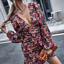 Kleid mit tiefem Kragen, Bishofaermeln, Rueschen und Blumen Muster