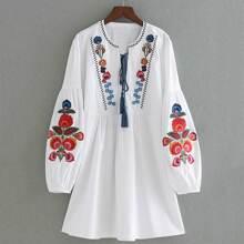 Kleid Stickereien, Laternenaermeln und Quasten