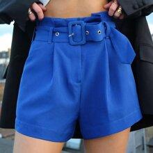 Einfarbige Shorts mit Falten, Schnalle und Guertel