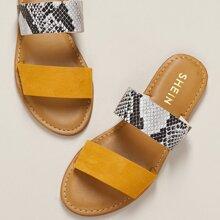 Flache gelbe Sandalen mit Schlangenleder Muster, zwei Baendern und offener Zehenpartie