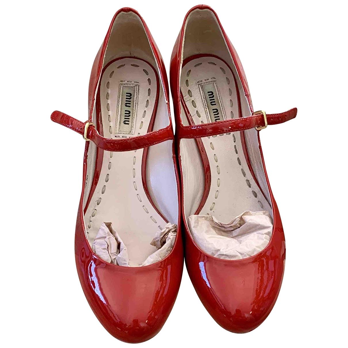 Miu Miu \N Ballerinas in  Rot Lackleder