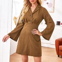 Kleid mit eingekerbtem Kragen, Knopfen, Falten und Taschen vorn