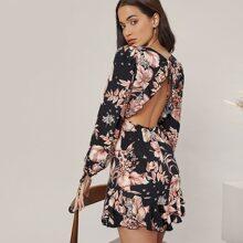 Kleid mit tiefem Kragen, Band hinten, Rueschen und Blumen Muster