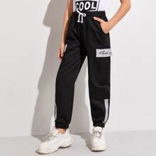 Hose mit Buchstaben Grafik und seitlicher Taschen Klappe