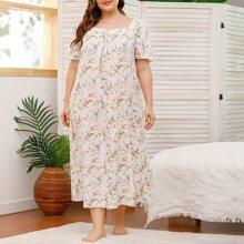 Nachtkleid mit ueberallem Blumen Muster