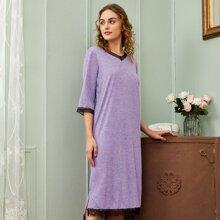 Nachtkleid mit Kontrast Spitzen und Schlitz