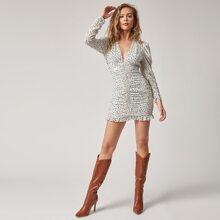 Kleid mit tiefem Kragen, Gigot Ärmeln, Rueschen Detail und Dalmatiner Muster