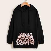 Kapuzenpullover mit sehr tief angesetzter Schulterpartie, Leopard Muster und Beuteltasche