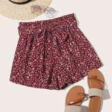 Shorts mit Guertel und Blumen
