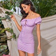 Schulterfreies Kleid mit Bluemchen Muster, Ruesche und Band vorn