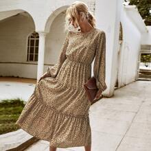 Kleid mit Muster und Rueschenbesatz