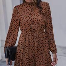 Kleid mit Schluesselloch hinten, Rueschen am Kragen und Dalmatiner Muster