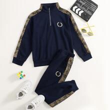 Jungen Pullover mit seitlichem Streifen, Stickereien Detail, halbem Reissverschluss & Jogginghose