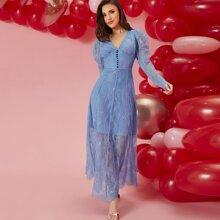 Kleid mit Gigotaermeln, Knopfen, breitem Taillenband und Spitze