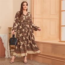 Kleid mit V-Ausschnitt, Selbstguertel und Schal Muster
