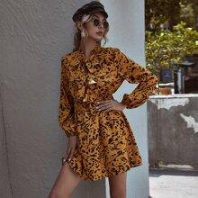 Kleid mit komplettem Muster, Rueschenbesatz und Halsband