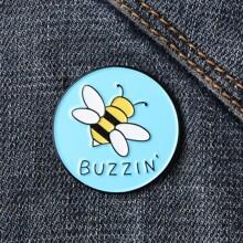 Brosche mit Buchstaben & Biene Muster