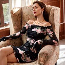 Schulterfreies Kleid mit Schosschenaermeln, Rueschen Detail, Blumen Muster und Netzstoff