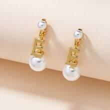 Pendientes largos con perla artificial y letra