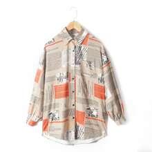 Bluse mit Zeitung Muster und Knopfen