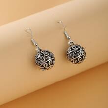 1 Paar Ohrringe mit Lochern und Ball Dekor