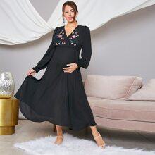Umstandsmode Kleid mit Rueschen und Blumen Stickereien