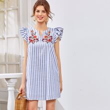 Kleid mit eingekerbtem Kragen, Raffungsaum, Blumen Stickereien und Streifen